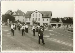 Schützenfest in Montabaur 1963, Vorsitzender Werner Flach führ den Festzug an