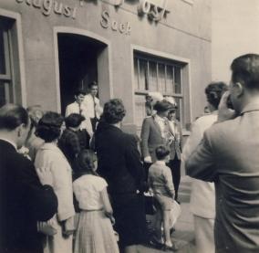 In der Tür: Fritz Schwind, 1. Ritter (links), rechts daneben Horst Wienand, 1963