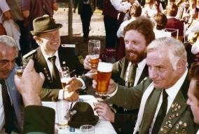 Zum Wohl! Schützenkönig Bernd Schumacher beim Schützenfest 1980