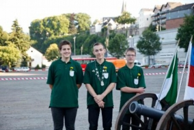 Dennis Leonhardt, Jungschützenkönig 2013 mit seinem ersten Ritter Armin Lange und zweiten Ritter Axel Nies