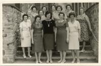 Fahnenweihe-1963-7-Damengruppe-auf-Treppe-zur-kath-Kirche