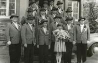 Gründungsmitglieder vor ihrem ehemaligen Vereinslokal am alten Bahnhof in Montabaur, 1958