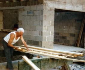 Bau der Garage 1986. Rudi in Aktion